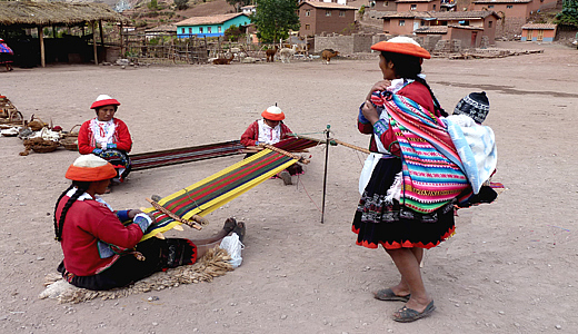 Lares women weavers - Lares Community